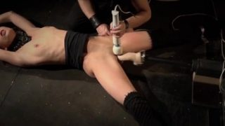 Submissive Arwen Gold exhausting orgasm with bdsm fuck machine